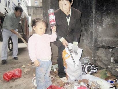 遇车祸成植物人 鄂州3岁女童拾荒卖钱为父治病