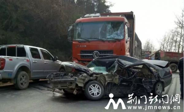 京山发生一起三车连环相撞事故 一人被困(图)