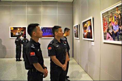 潜江公安组织民警观光湖北公安百名英模人像拍照展