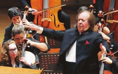 80多人组成的管弦乐队演奏动感十足的音乐,更有恢宏的气势.