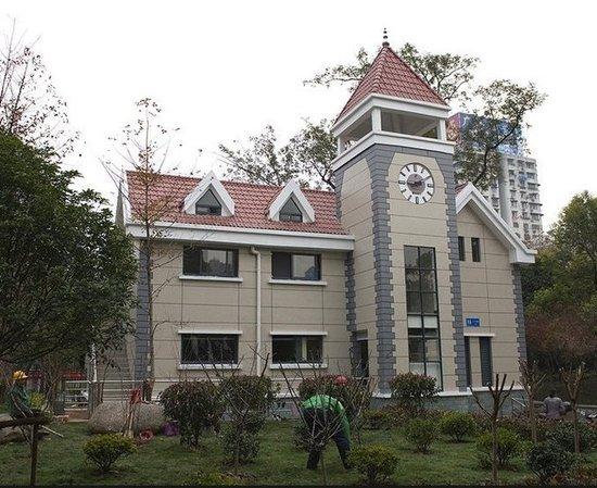 红瓦中式别墅外观