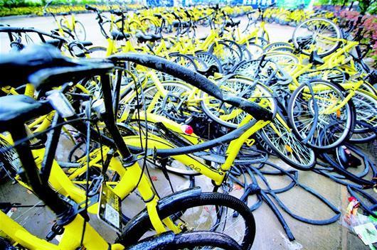 待修共享单车堆在路边 孩童私自骑行十分危险