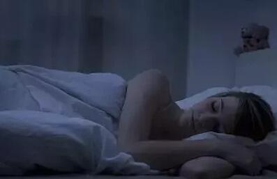 睡觉磨牙咋回事_睡觉时流口水,磨牙,猛一抖不是病?小心会要命