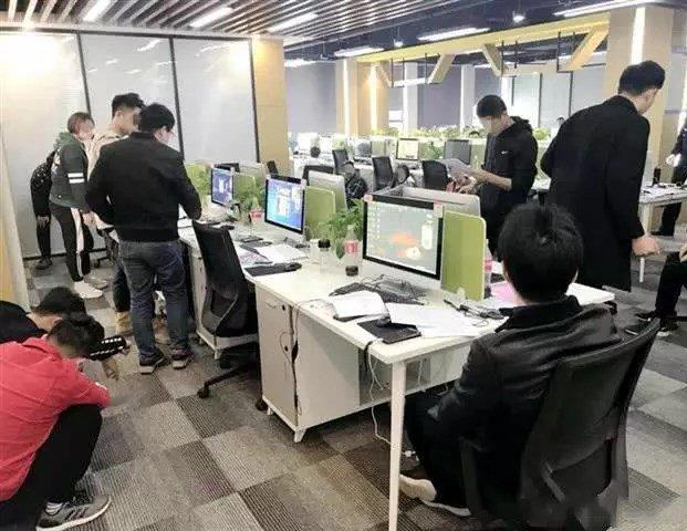 武汉百余警力突袭一大厦 99名男女干的事曝光