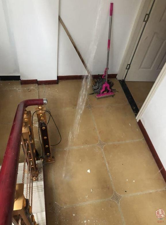 暴雨致小区路面积水 倒灌居民地下室挂瀑布