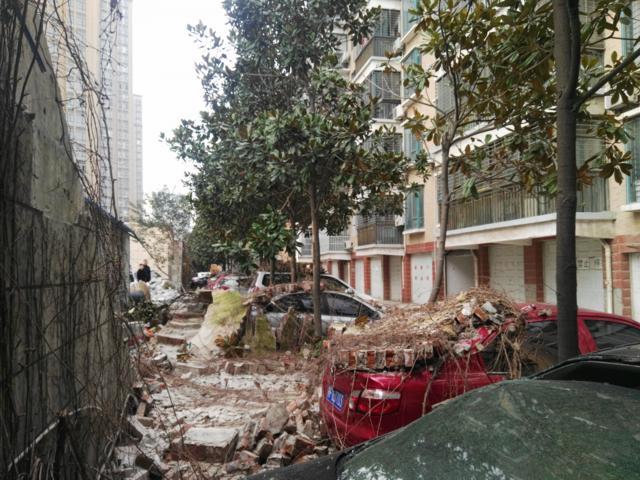 樊城一小区铲车作业 致墙塌邻区9辆车被砸