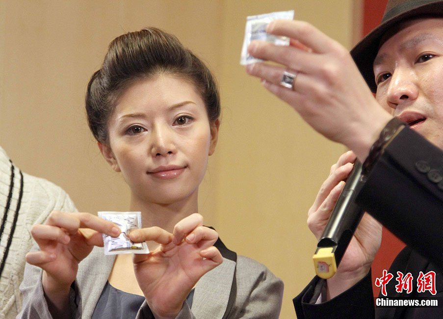 日本前女优红音萤宣传防艾 展示安全套使用方