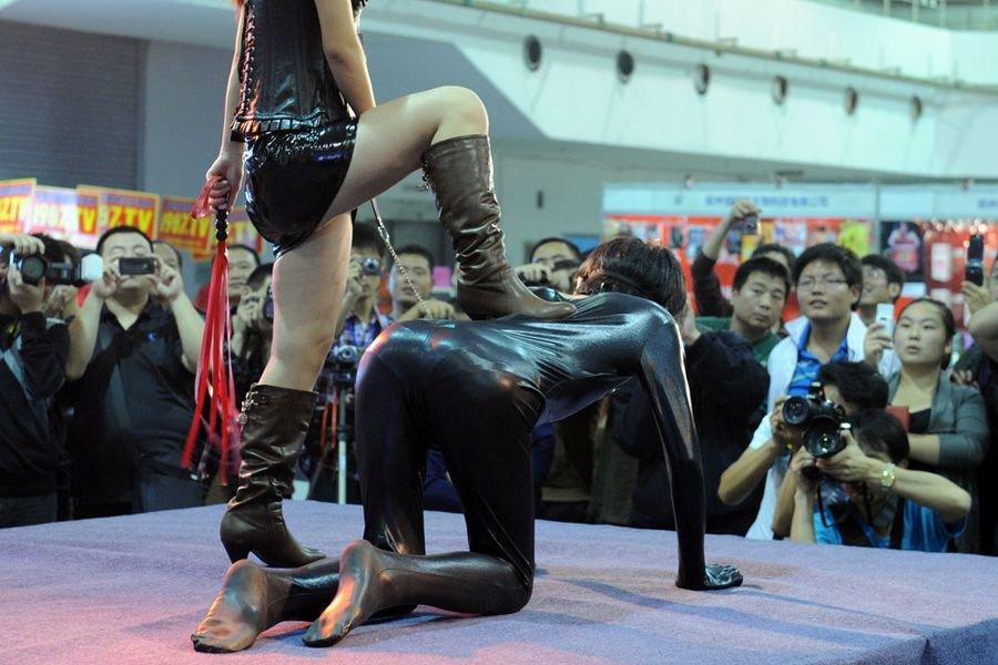 郑州中原性文化节上演开幕丝袜内衣秀SMv丝袜情趣高跟大全情趣内衣图片图片