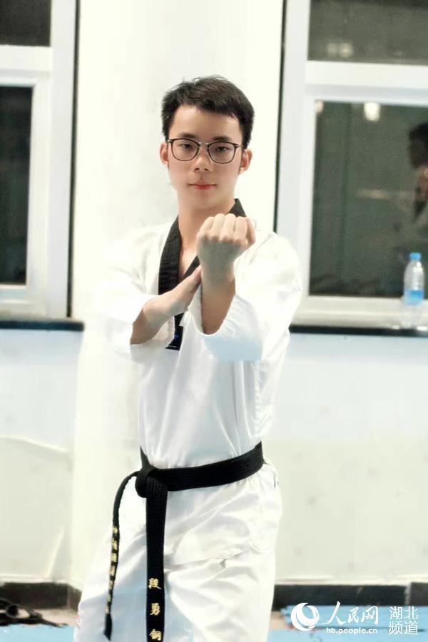 大学毕业生利用特长开设跆拳道馆两月盈利10万元