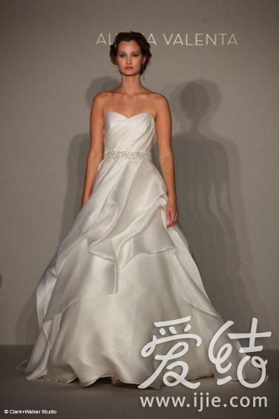 婚纱时装周新娘夺眼球招式大PK