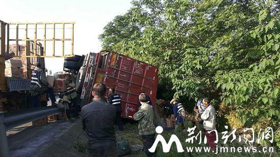 高速路上避让事故车 满载苹果货车发生侧翻