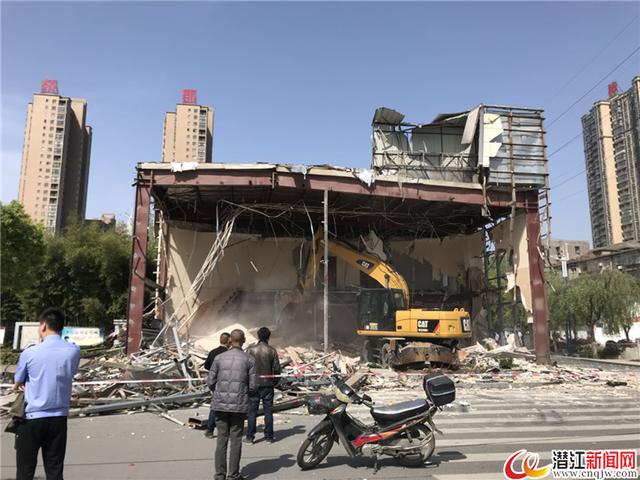 """潜江及时拆除临时建筑 为城市建设""""让路"""""""