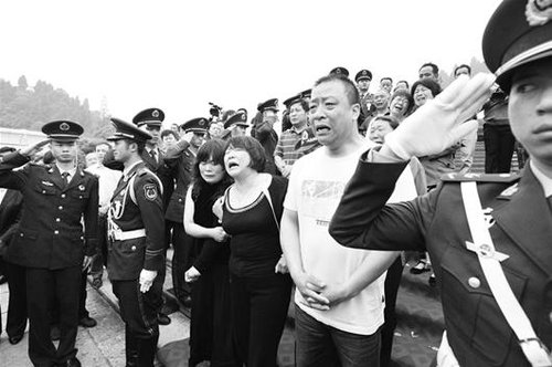 吕俊峰追悼会在宜昌举行 千人痛别热血烈士