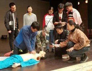 军医进高校 与近千大学生面对面讲授急救知识