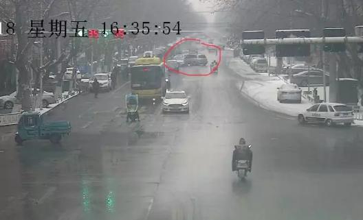 仙桃男子疯狂追赶撞击奔驰车 致使一人受伤