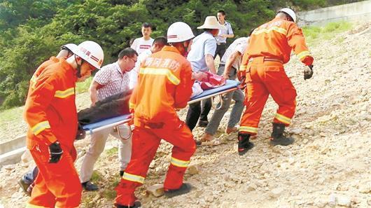 男子驾车滚落山崖 吃野草生存90小时终获救
