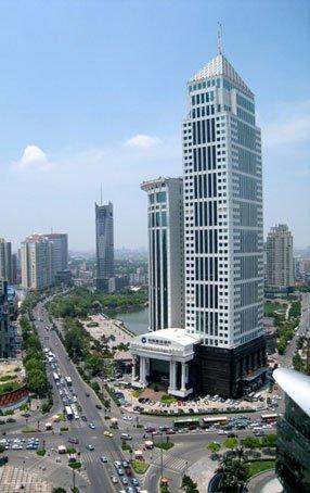 武汉建设大道:车流有序 街道整洁