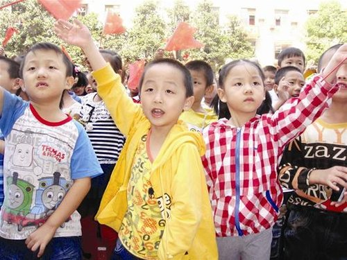 武汉一小学减负回家一年级学生不试行包背书幼孕小学生图片