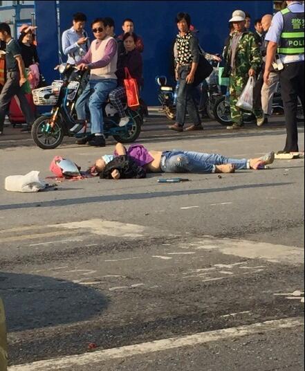 突发:女子骑电动车在宏基客运站门前发生车祸图片