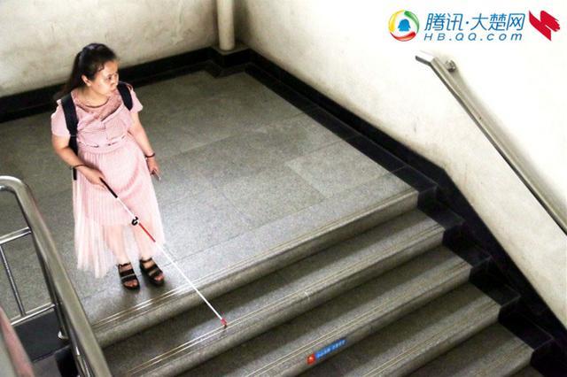 她从小双目失明 却以高出一本线85分被211大学录取