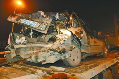 三厢车突然熄火引发车祸 武汉三环线堵了一公里