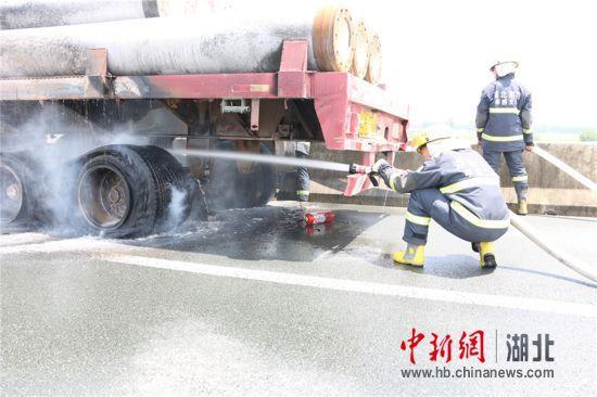 高速公路上一货车突然起火 孝感消防紧急扑救