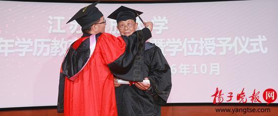 88岁老人重返大学校园 成为全国最年长本科生
