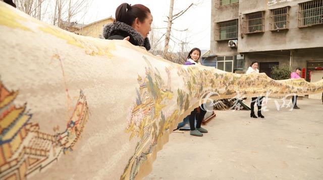 农妇借钱买线耗时8年 绣成22米长《清明上河图》