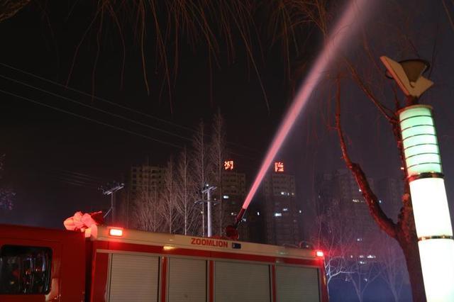 燃放孔明灯引燃芦苇荡 荆门消防官兵5分钟处置