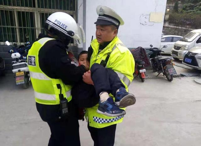 儿童生病昏迷需就医 伍家交警争分夺秒送医