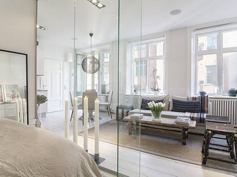 巧用<a href=/ target=_blank>玻璃</a>做<a href=/ target=_blank>隔断</a> 斯德哥尔摩公寓的奇妙之旅