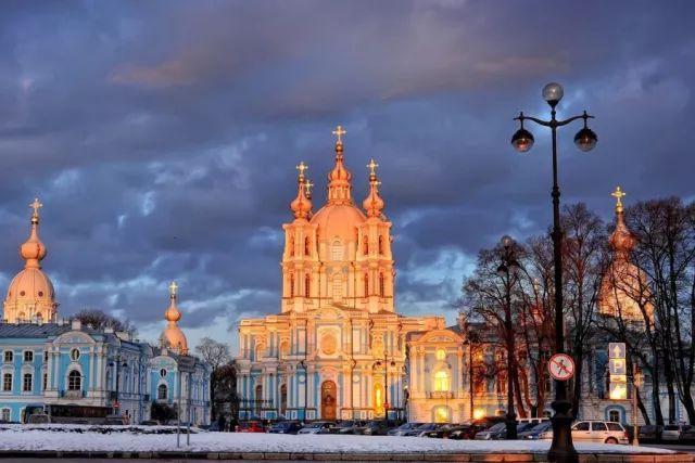 奢华的欧式宫殿和教堂与幻化为银色冰带的涅瓦河组成了迷人的冬日