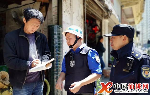 仙桃市城管执法局整治出店经营 助力文明城市创立