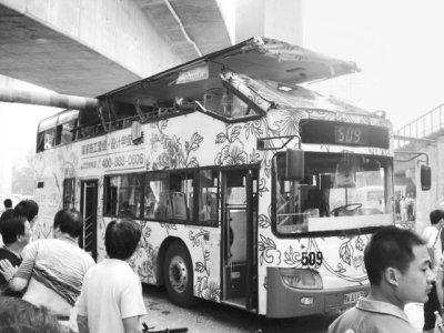 """509双层公交车被""""掀顶"""" 车顶如被刀""""横切""""(图)"""
