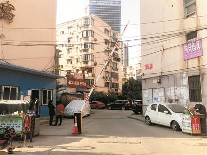 新旧物业交接不顺 小区成外来车辆免费停车场