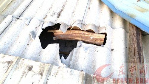 嘭!7公斤重铁疙瘩砸穿屋顶 捡起来时还是热的
