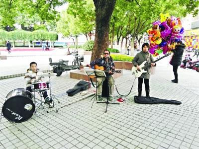 武汉光谷流浪歌手举家去了上海 要有艺术追求