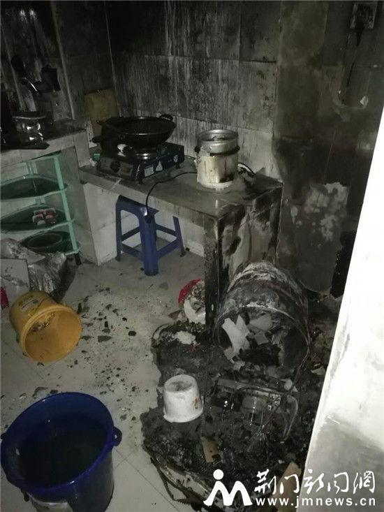 """居民樓發生火災:屋裡燒着""""熱得快""""無人看管"""