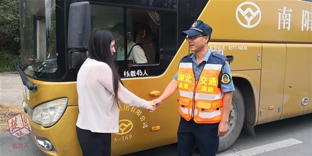 女子随州服务区被客车落下 幸遇路政人员相助