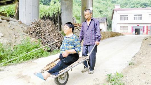 襄阳男子照顾病妻 一辆独轮车30年推出患难夫妻情
