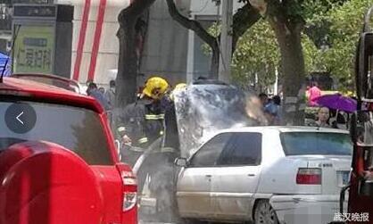 武汉闹市一轿车自燃 商场保安主动扑救(图)