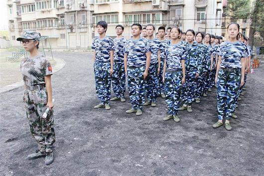 大二学生当起军训教官 新生称很接地气(图)