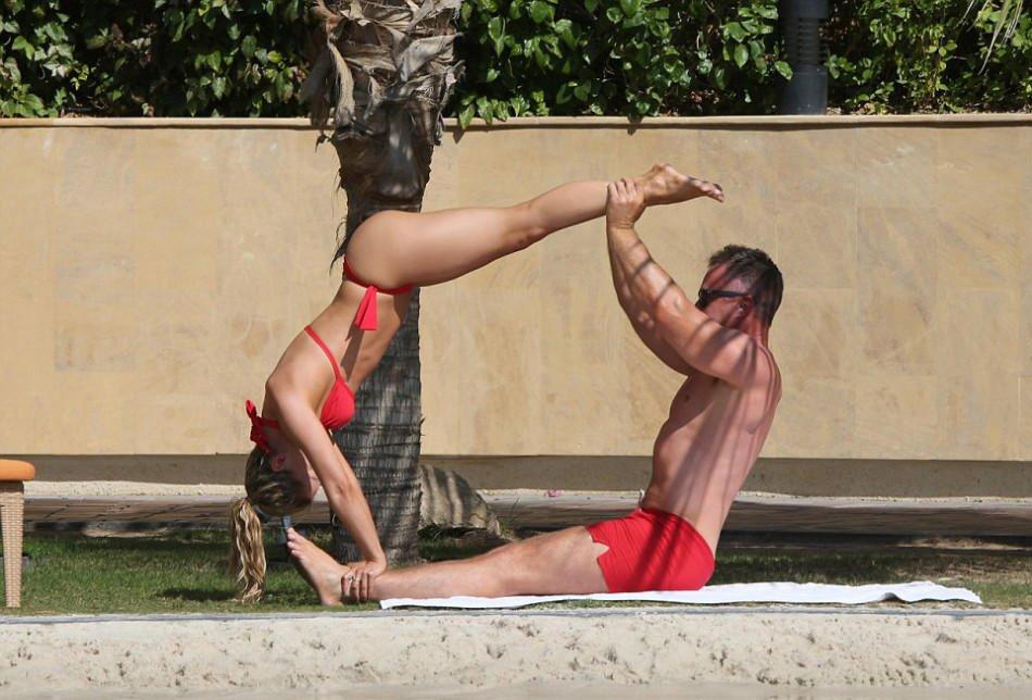 组图:女星穿比基尼练瑜伽 与老公合体姿势惊人