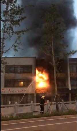 紧急!潜江一商店凌晨发生火灾 现场浓烟弥漫