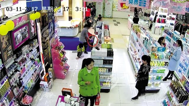 女子带女儿和侄子逛超市 利用幼童作掩护盗窃