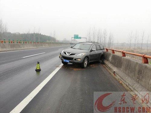 惊险!越野车高速路突然爆胎 万幸!司机紧急制动仅受轻伤