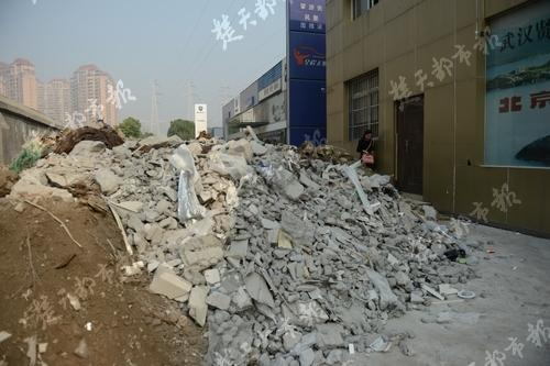 商户拖欠数十万租金 园方用垃圾堵住其店门