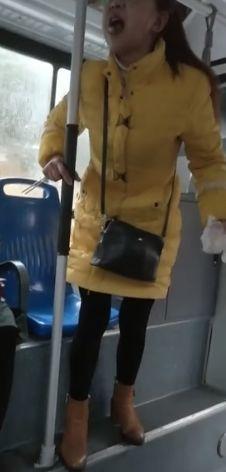宜昌女子公汽骂人被曝是医生 院方辟谣报警维权