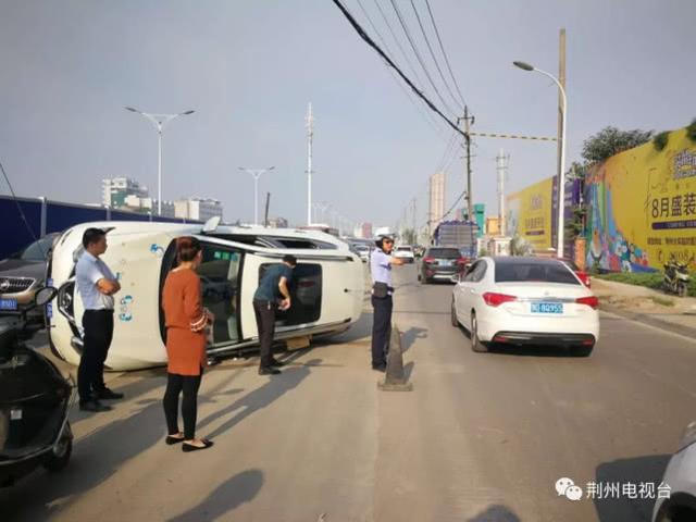 荆州一司机大清早开车 撞上电杆斜拉线致侧翻