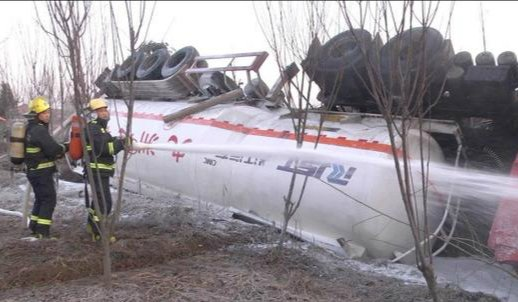 货车司机开车打盹 33吨甲醇槽罐车侧翻泄漏